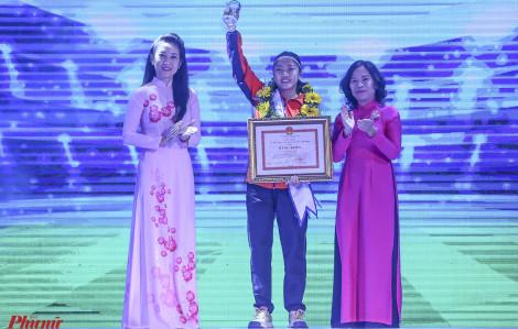 Đội trưởng đội tuyển bóng đá nữ Việt Nam Huỳnh Như xúc động khi được gọi tên