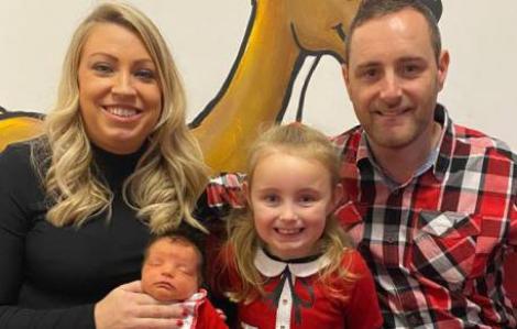Bé gái 5 tuổi nhanh trí cứu sống mẹ bị đột quỵ bằng cách gọi video cho người thân