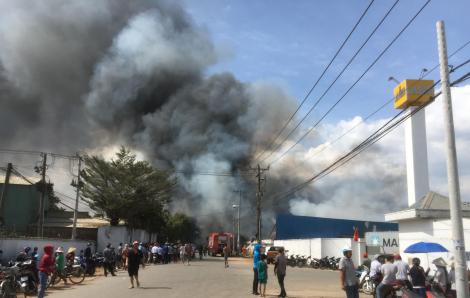 Công ty sản xuất gỗ rộng 5.000m2 đang chìm trong biển lửa
