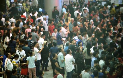 Sân bay Tân Sơn Nhất nêm chật người đến đón Việt kiều về quê ăn tết