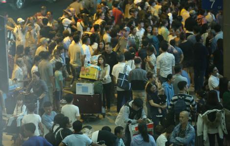 Sân bay Tân Sơn Nhất đề nghị hạn chế đông người đưa tiễn người thân