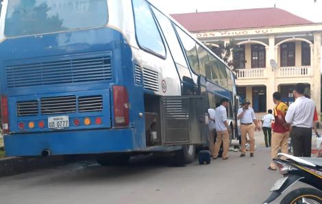 'Nhét' gần 1 tấn pháo trong xe khách chạy từ Lào về Việt Nam