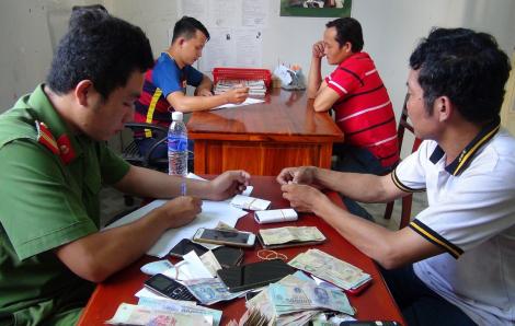 Giữa trưa đứng bóng kéo ra đê cờ bạc, bị 'hốt' gọn