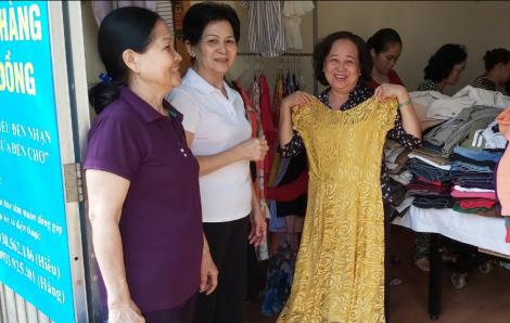 Một tấn quần áo và hàng trăm mặt hàng gia dụng hết vèo