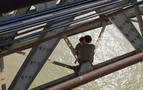 Ôm con nhỏ 7 tháng tuổi định nhảy cầu tự tử vì bế tắc trong cuộc sống