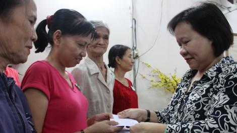 Báo Phụ Nữ TPHCM trao tặng 560 phần quà tết đến người nghèo