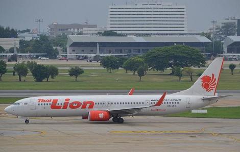 Cơ trưởng Thai Lion Air tạt đầu máy bay Vietnam Airlines tại Nội Bài