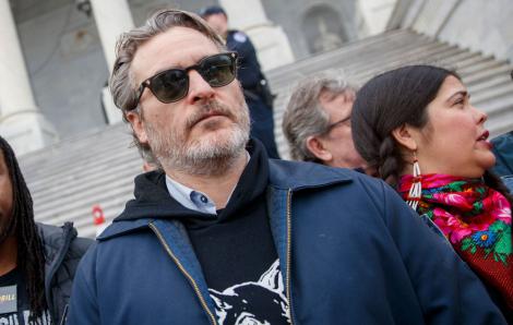 'Joker' Joaquin Phoenix bị bắt vì tham gia tập trung bày tỏ về môi trường