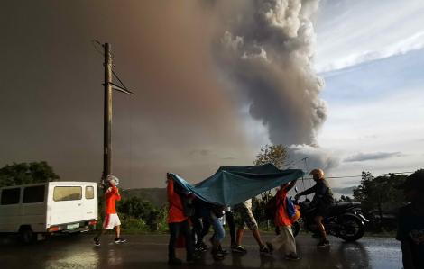 Núi lửa phun trào sát thủ đô Philippines, hơn 6.000 người sơ tán khẩn cấp