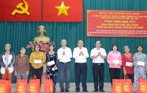 Phó Thủ tướng Thường trực Trương Hòa Bình trao quà tết cho đồng bào dân tộc Chăm TPHCM