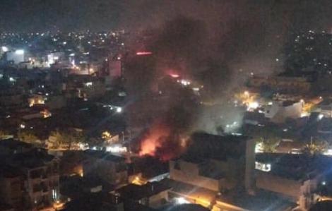 'Bà hỏa' thiêu rụi dãy cửa hàng gần ngã tư Bốn Xã