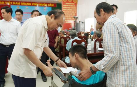 Thủ tướng Nguyễn Xuân Phúc thăm và tặng quà Tết người nghèo, nạn nhân chất độc da cam tỉnh Vĩnh Long