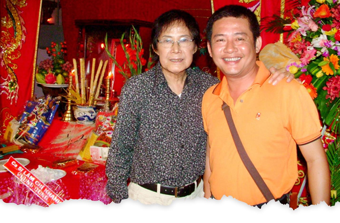 NS Tấn Tài và con trai năm 2009