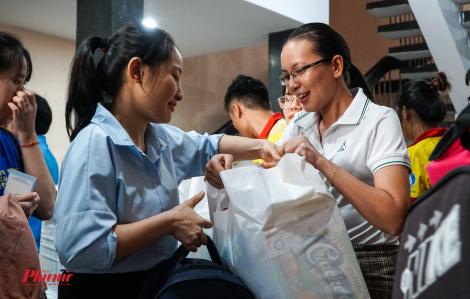 2.000 phần quà trao tay các sinh viên không về quê đón Tết