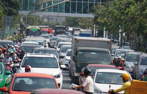 Đường Sài Gòn kẹt 'nghẹt thở' ngày cận Tết