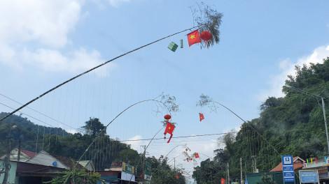 Làng quê rực đỏ, thương lái kiếm bộn tiền từ nghề dựng cây nêu ngày tết