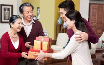 Tết về quê sợ nhất khoản tặng quà