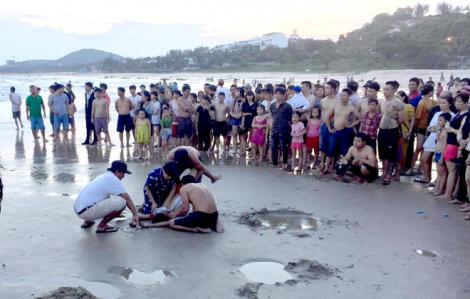 Hai anh em bị sóng cuốn trôi khi tắm biển ngày giáp tết