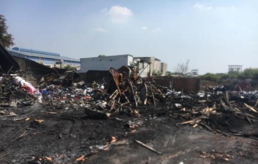 Bãi tập kết chất thải nguy hại trong khu dân cư bốc cháy dữ dội
