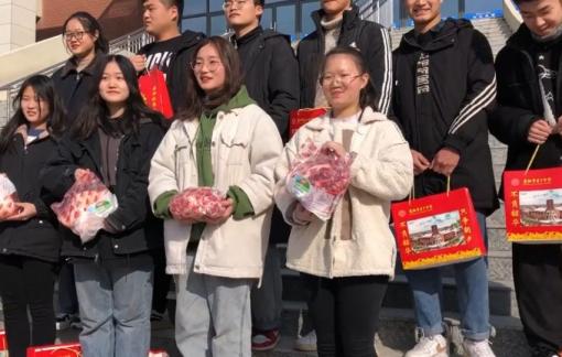 Trường học ở Trung Quốc dùng thịt heo làm phần thưởng cho học sinh ưu tú