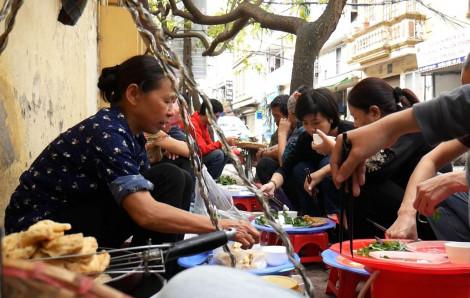 Gánh bún đậu 25 năm giản đơn nhưng vẫn nườm nượp khách ở Hà Nội