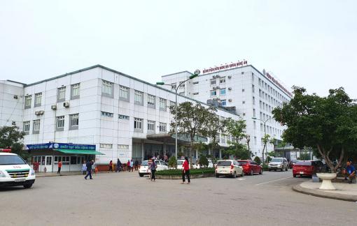 Tạm đình chỉ bác sĩ bị tố ôm sinh viên ngủ trong ca trực