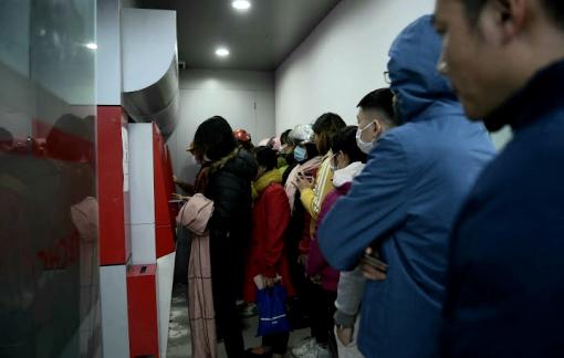 Người dân xếp hàng ở cây ATM từ sáng đến tối chờ rút tiền tiêu tết