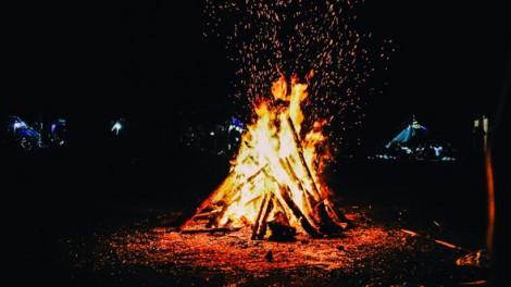 Mừng năm mới trong lửa trại đêm 30