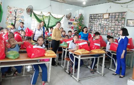 Chiều cuối năm, thăm và tặng quà cho lớp học tình thương