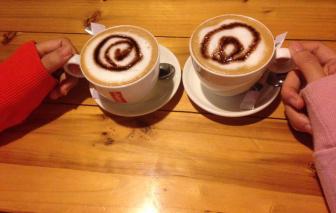 Trốn con, uống cà phê sáng đầu năm với chồng