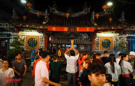 Người Sài Gòn chen chân đến chùa cầu an dịp năm mới
