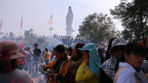 Muôn kiểu đi lễ chùa ngày đầu năm của người Huế