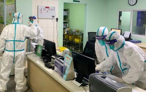 Nhân viên y tế ở Vũ Hán phải mặc tã vì không đủ thời gian đi vệ sinh giữa đợt dịch