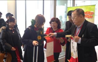 Lãnh đạo Vietjet tặng quà những hành khách đầu tiên của năm mới