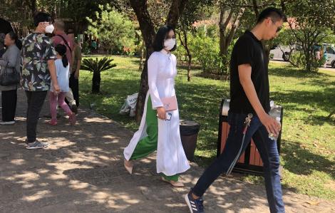 Khách đi lễ chùa đầu năm đồng loạt đeo khẩu trang ngừa virus corona