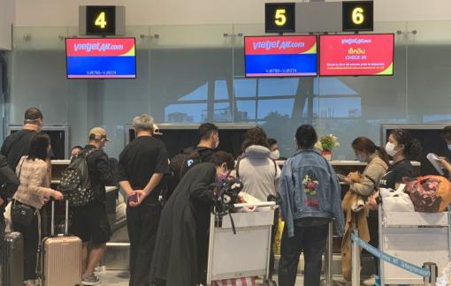 166 du khách Vũ Hán đang làm thủ tục tại sân bay Đà Nẵng để về nước