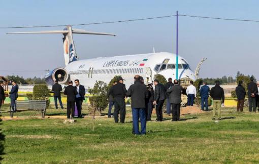 Máy bay Iran trượt khỏi đường băng, may mắn không có thương vong
