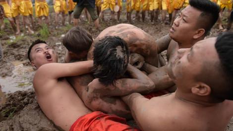 Trai làng Tuân Lục vục mặt, trầm mình trong bùn lạnh ở lễ hội 'cướp trái'