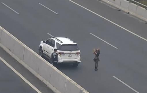 Nữ tài xế dừng chụp ảnh trên đường cao tốc bị phạt 7 triệu và tước bằng lái 3 tháng