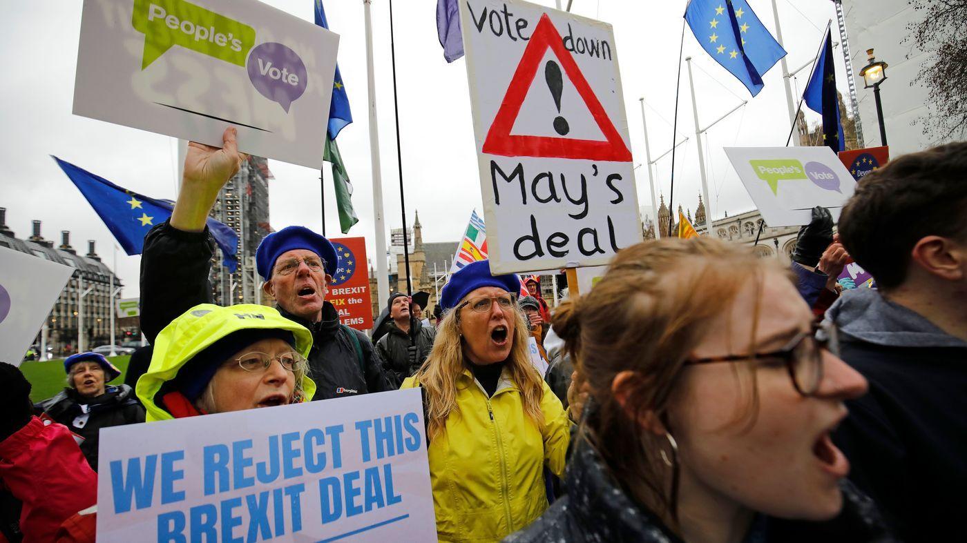 Hàng ngàn người biểu tình diễu hành quanh tòa nhà Quốc hội Anh vào tháng 3/2019 để yêu cầu công chúng được đưa ra tiếng nói cuối cùng về Brexit
