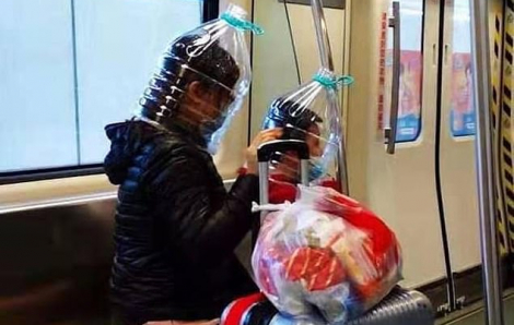 Hết khẩu trang, người dân Trung Quốc tìm đến túi nhựa, mũ bảo hiểm và cả bình nước
