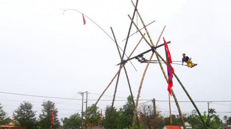 Nhún nhảy trên không trung ở làng đu tiên hơn 150 năm tuổi