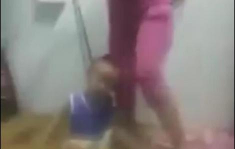 Kinh hoàng: Bé trai bị người phụ nữ dùng dây siết cổ, đánh đập dã man