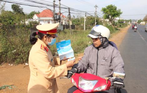 Công an tỉnh Đắk Lắk phát hàng ngàn khẩu trang miễn phí cho người dân