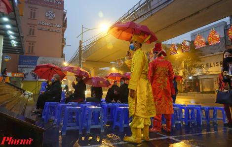 Sợ virus corona, người Hà Nội vẫn đội mưa rét xếp hàng mua vàng ngày vía Thần Tài