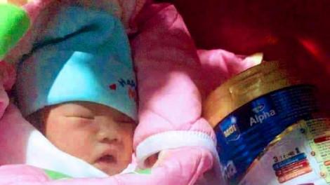 Bé gái sơ sinh bị bỏ rơi dưới chân tượng Phật với lời nhắn: 'Tôi không có khả năng nuôi con'