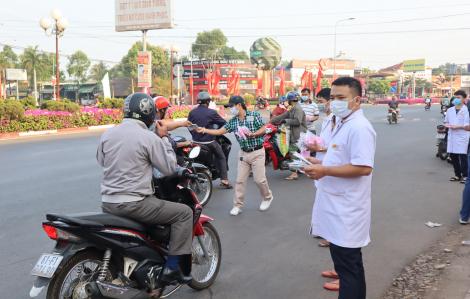 Một phòng khám tư nhân cấp phát gần 30.000 khẩu trang miễn phí cho người đi đường