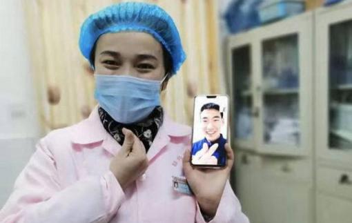 Giữa cuộc chiến với virus corona, nữ y tá tổ chức đám cưới qua điện thoại
