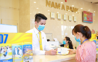 Nhân viên ngân hàng phòng tránh virus corona