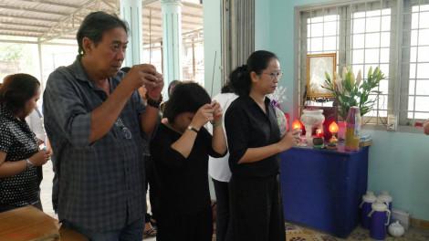 Các thế hệ Báo Phụ Nữ đến viếng tang dì Mười Mai - nữ họa sĩ trình bày đầu tiên của Báo